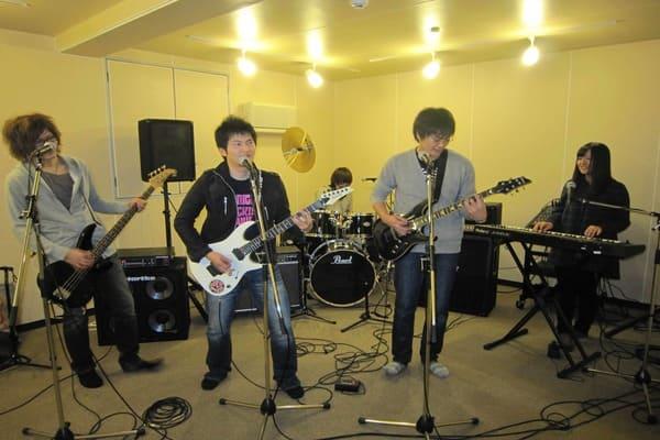 音楽スタジオで楽しく演奏