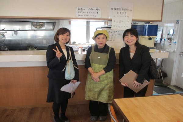 阿波自動車学校内にある食堂のおばちゃんと記念撮影
