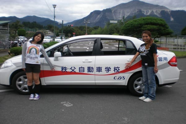 秩父自動車学校の教習車と記念撮影