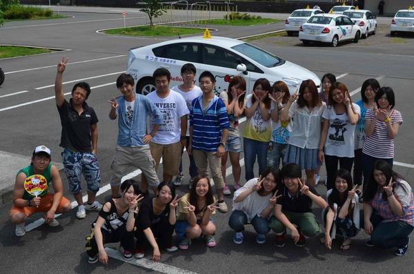 教習車の前でみんなで集合写真