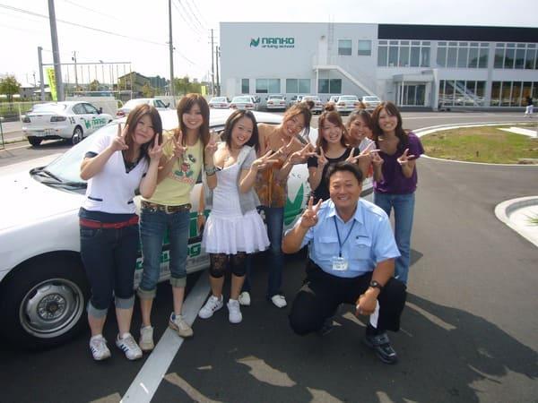 教習生と職員の記念撮影