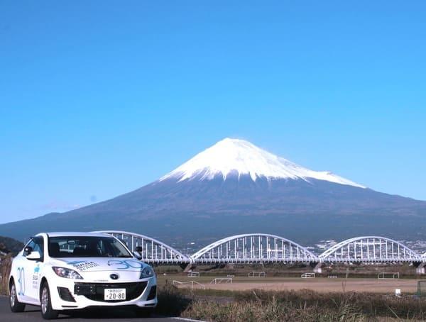 富士山をバックにした教習車