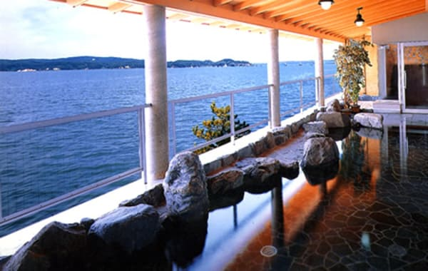 七尾湾が一望できる和倉温泉「ホテル海望」の展望大浴場