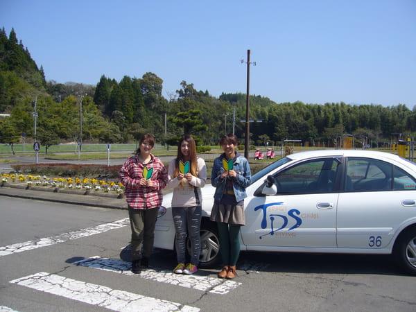 教習車の前で記念撮影