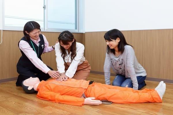 応急救護をする女性