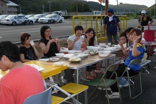 合宿で出会った仲間と楽しく食事中