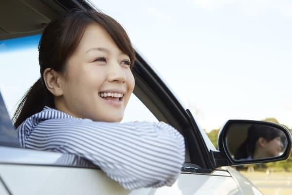 運転席から顔を出す女性