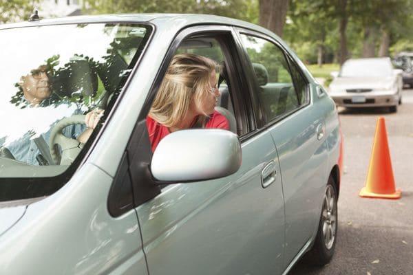 マニュアル車でのバックは速度調節が難しい